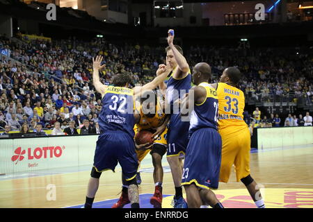 Berlin, Germany. 10th May, 2015. Clifford Hammonds (25) fights against Oldenburg players as Alba Berlin defeated - Stock Photo
