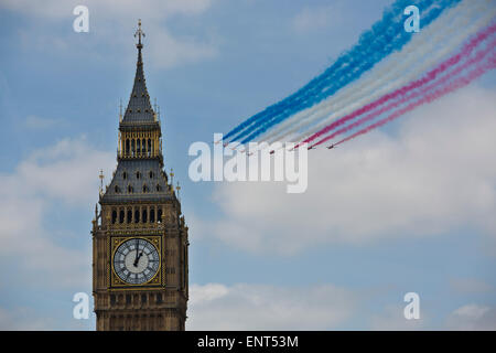 London, UK. 10th May, 2015. Red Arrows fly-past marks VE Day anniversary, Palace of Westminster, London, England, - Stock Photo