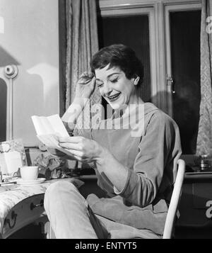 English jazz singer and actress Annie Ross, who appears in the show 'Cranks', in her dressing room at St Martins - Stock Photo