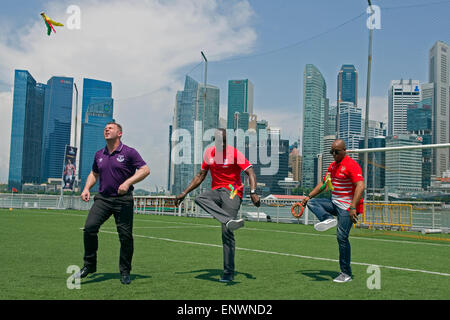 Singapore, Singapore. 12th May, 2015. Former Barclays Premier League (BPL) Arsenal player Ian Wright (R), former - Stock Photo