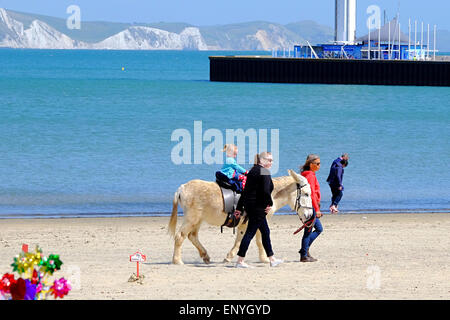Weymouth, Dorset, UK. 12 May 2015. As the sunshine returns to the South Coast holliday makers enjoy a traditional - Stock Photo