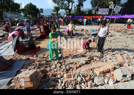 Kathmandu, Nepal. 12th May, 2015. People prepare temporary shelter after an earthquake in Kathmandu, Nepal, May - Stock Photo