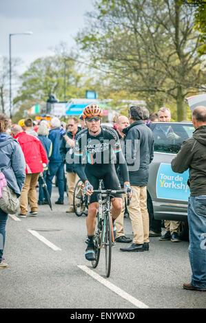 Final stage 2015 Tour de Yorkshire, Roundhay Park, Leeds, West Yorkshire, Cyclist weaving his way pass spectators - Stock Photo