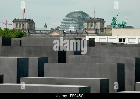 Holocaust Mahnmal, die Quadriga auf dem Brandenburger Tor, im Hintergrund die Kuppel des Reichstages/ Holocaust Memorial, the Quadriga on the Brandenburg gate, in the background the cupola of the Reichstag, Berlin.