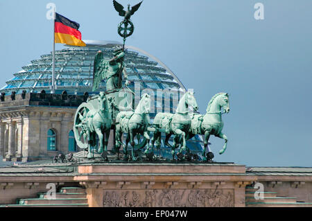 Symbolbild Berlin: die Quadriga auf dem Brandenburger Tor, im Hintergrund die Kuppel des Reichstages/ symbolic image Berlin: the Quadriga on the Brandenburg gate, in the background the cupola of the Reichstag, Berlin.