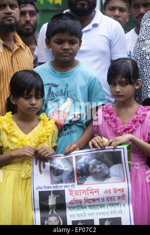 Dhaka, Bangladesh. 12th May, 2015. Survivors of acid attacks, attend a human chain to protest acid attacks and torture - Stock Photo