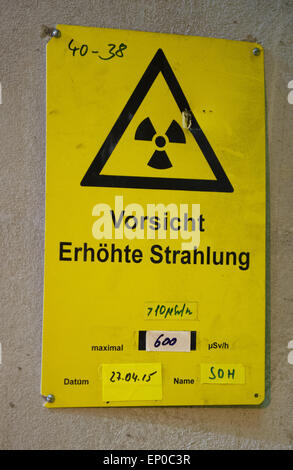 A warning sign that reads 'Vorsicht Erhoehte Strahlung' (Caution Increased radiation) has been attached to a barrel - Stock Photo
