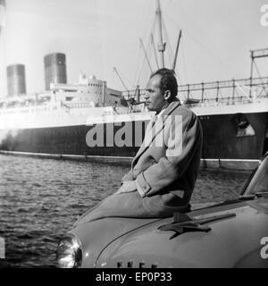 Ein Mann steht an seinem Auto der Marke Studebaker Packard im Hafen von Hamburg 1954. A man standing by his Studebaker - Stock Photo