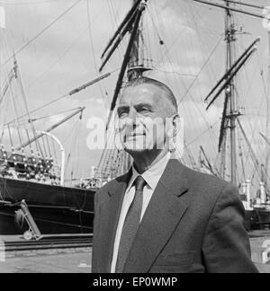Eine Hamburger Persönlichkeit vor einem Segelschiff im Hafen von Hamburg, Deutschland 1950er Jahre. A Hamburg personality - Stock Photo