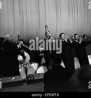 Der kreolische Sopransaxophonist und Klarinettist Sidney Bechet bei einem Auftritt in Hamburg 1956. Creole saxophonist - Stock Photo