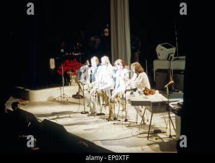 Gemeinsames Abschiedslied bei einem Konzert der schwedischen Popgruppe ABBA am 10. Februar 1977 in Hamburg, Deutschland - Stock Photo