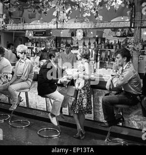 Campingplatz, Fernsehfilm, Deutschland 1964, Regie: Gustav Burmester, Darsteller: Dirk Dautzenberg, Liz Verhoeven - Stock Photo
