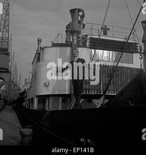 Der Sänger und Schauspieler Freddy Quinn im Hafen von Hamburg, Deutschland 1950er Jahre. Singer and actor Freddy - Stock Photo
