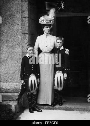 Portrait of Queen Mary with the Prince of Wales and Duke of York, later to become Edward VIII and King George VI. - Stock Photo