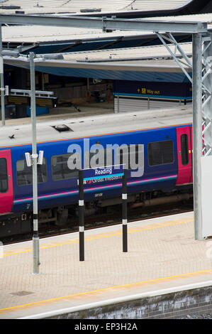 First Great Western train waiting at Reading railway station, England. - Stock Photo