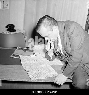 Ein Komponist des NDR versucht das beste Arrangement für ein Musikstück zu erstellen in Hamburg, Deutschland 1950er Jahre. A com