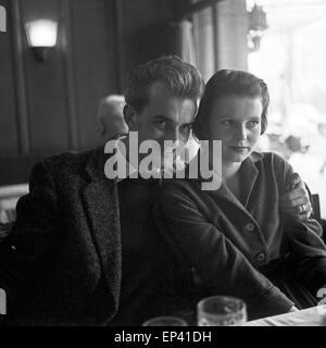 Ein junges Paar in der Kantine des NDR in Hamburg, Deutschland 1950er Jahre. A young couple at the canteen of NDR - Stock Photo