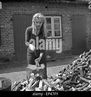 die deutsche schauspielerin karin stoltenfeldt posiert im garten stock photo royalty free image. Black Bedroom Furniture Sets. Home Design Ideas