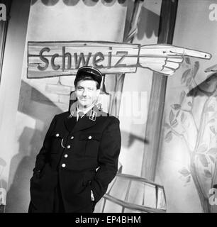 Der Schweizer Guido Baumann in einer Rolle als Grenzpolizist, Deutschland 1950er Jahre. Swiss journalist Guido Baumann - Stock Photo