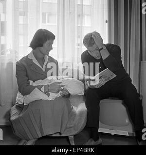 Deutscher Regisseur Jürgen Roland mit Frau Eva und Baby Kay in Hamburg, Deutschland 1950er Jahre. German TV and - Stock Photo