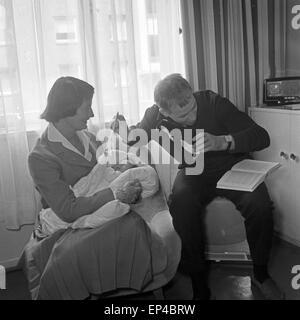 Deutscher Fernsehregisseur im Büro am Fernschreiber, Deutschland 1950er Jahre. German TV director Juergen Roland - Stock Photo