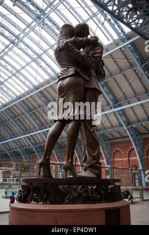 Paul Day's sculpture The Meeting Place at the St Pancras railway station, London, England - Stock Photo