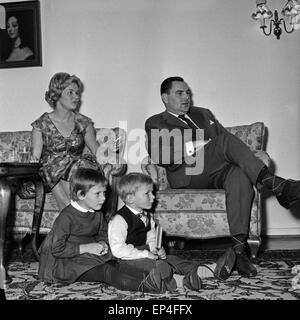 Eine familie in ihrem wohnzimmer deutschland 1960er jahre - Fuayboden wohnzimmer ...