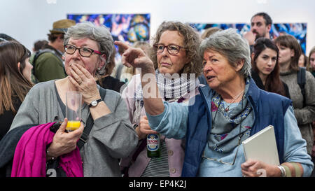 London, UK, 7 May 2015.  Guests discuss one of the new works by eight contenders for this year's Catlin Art Prize - Stock Photo