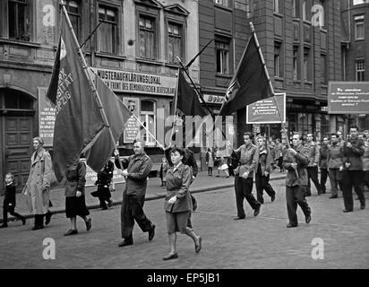 Parade zu der Volkswahl 1954 in Leipzig, DDR 1950er Jahre. Parade at the 'Volkswahl' election in 1954 at Leipzig, - Stock Photo
