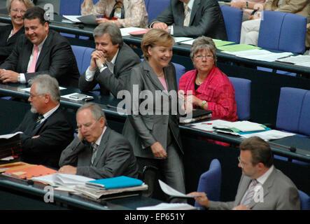 Bundeskanzlerin Angela Merkel auf dem Weg durch die Regierungsbank u.a.  mit Sigmar Gabriel und Wolfgang Schaeuble  - Sitzung im Bundestag am 29. Juni 2006, Reichstagsgebaeude, Berlin-Tiergarten.