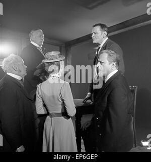 Ein Volksfeind, Fernsehfilm, Deutschland 1965, Regie: Oswald Döpke, Darsteller: Wolfgang Büttner (oben rechts) - Stock Photo