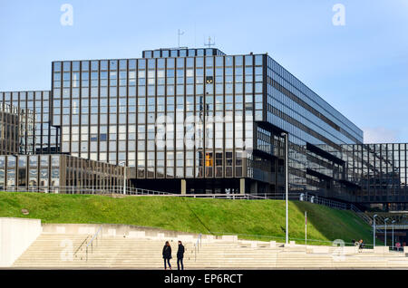 Tourists at the European Commission (Bâtiment Jean Monnet) in the European Quarter, Kirchberg, Luxembourg - Stock Photo
