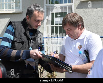Prague, Czech Republic . 15th May, 2015. Russian ice hockey team (photo coach Oleg Znarok, right, gives an autograph - Stock Photo