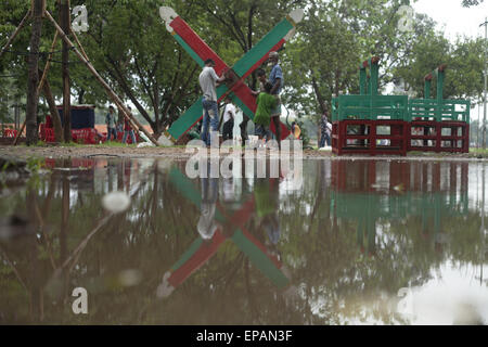 Dhaka, Bangladesh. 15th May, 2015. People preparing ferris wheel to ride in a park after rain in Dhaka.There was - Stock Photo