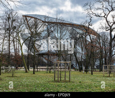 Foundation Louis Vuitton contemporary art gallery in Paris. Modern steel and glass architecture by architect Frank - Stock Photo