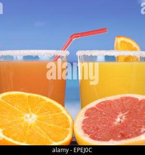 Orangensaft und Orange am Meer im Urlaub - Stock Photo