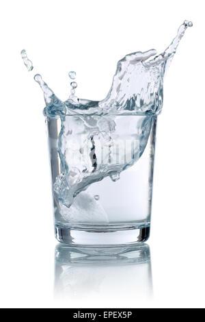 Eiswürfel fällt in ein Glas mit Wasser - Stock Photo