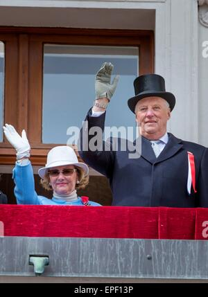 Oslo, Norway. 17th May, 2015. King Harald and Queen Sonja of Norway at the National day celebrations at the Royal - Stock Photo