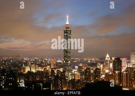Taipeh Taiwan Panorama abends mit Taipei 101 - Stock Photo