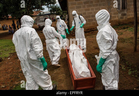Members of a burial team carry out the body of a suspected Ebola victim in Komende Luyama village. Eastern Sierra - Stock Photo