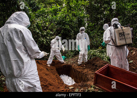 A suspected Ebola victim is buried in the forest outside Komende Luyama. Eastern Sierra Leone was a hot spot for - Stock Photo