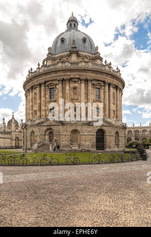 View on the Radcliffe Camera from Radcliffe Square, Oxford, England, Oxfordshire, United Kingdom. - Stock Photo