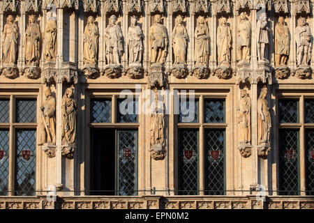 Detail of 15th-century statues of noblemen and noblewomen on the Gothic town hall in Brussels, Belgium - Stock Photo