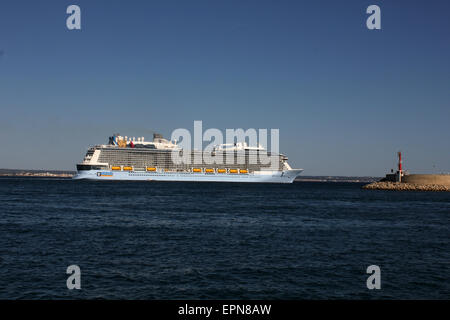 """Mega Cruise ship """"QUANTUM OF THE SEAS"""" ( 347.08 mtrs long - launched in 2014 - 4,100 passengers - 18 decks ) - Palma - Stock Photo"""