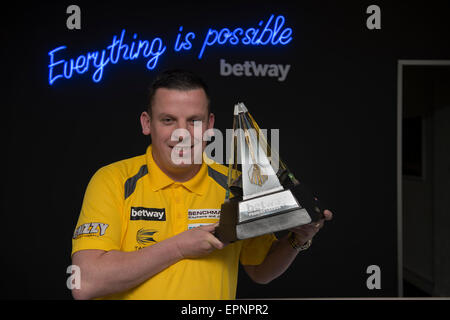 London, UK. 20th May, 2015. Betway Premier League Darts, Play-Offs Media Day. [L-R] Dave Chisnall with the Betway - Stock Photo