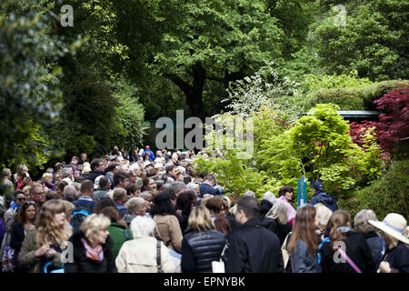 London, UK. 20th May, 2015. Visitors enjoying the Artisan Gardens. The Chelsea Flower Show organised by Royal Horticultural - Stock Photo