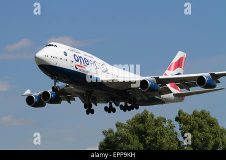 British Airways Boeing 747-400 jumbo jet plane bearing the oneworld airline alliance logo on approach to London - Stock Photo