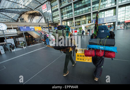 Berlin, Germany. 21st May, 2015. Two travellers carrying a lot of luggage walk through the main train station in - Stock Photo
