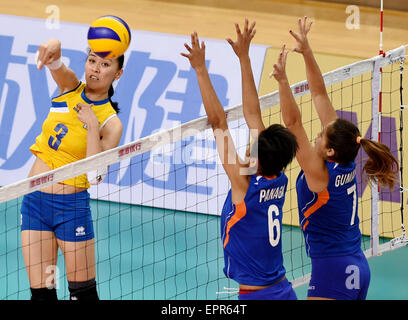 Tianjin, China. 21st May, 2015. Sana Anarkulova (L) of Kazakhstan competes during the group D match against the - Stock Photo