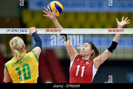 Tianjin, China. 21st May, 2015. Kim Suji (R) of South Korea competes during the group D match against Australia - Stock Photo